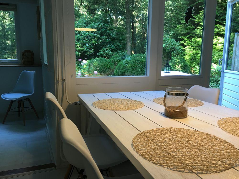 Sfeerimpressie eettafel woonkamer - Huur een boshuisje
